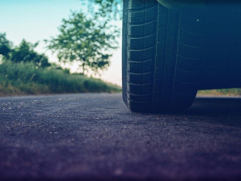 Cómo reducir el desgaste de los neumáticos del coche