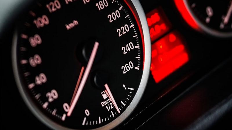 ¿El velocímetro marca la velocidad real?